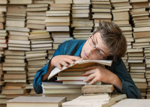 勉強中に居眠りをしている男性